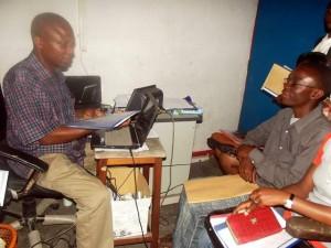 En plein travail:Butoa Balingene chargé des inscriptions de l'ULPGL (à gauche).