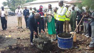 Prof. Karafuli pose la 1ère pierre pour la construction de 5 auditoires