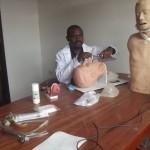 Légende : DR Ntabe dans le labo d'anatomie du l'ULPGL