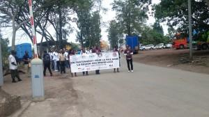 Jeunesse en marche pour la paix traversent la frontière rwando-congolaise
