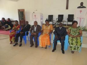De droite à gauche, Léonard Bishikwabo, Philippe Kankisingi et Feston Eca. Chacun avec son épouse à droite