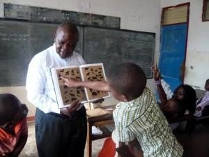 Monsieur Bakenga montre aux élèves les animaux du parc de Virunga.