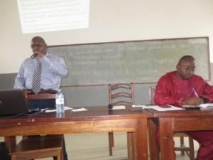Prof. Dr. Mumbere Kikoli (debout) et C.T. Mumbere Mbasa(assis)