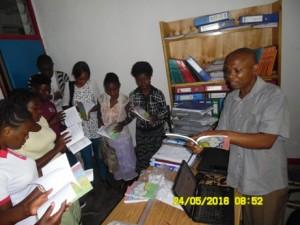 C.T. Butoa présente le livret Alguns Contos Africanos