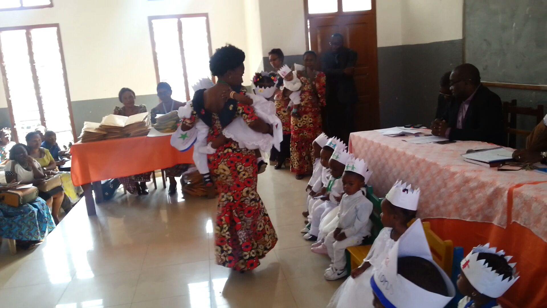 Les enfants et leurs éducatrices à la proclamation