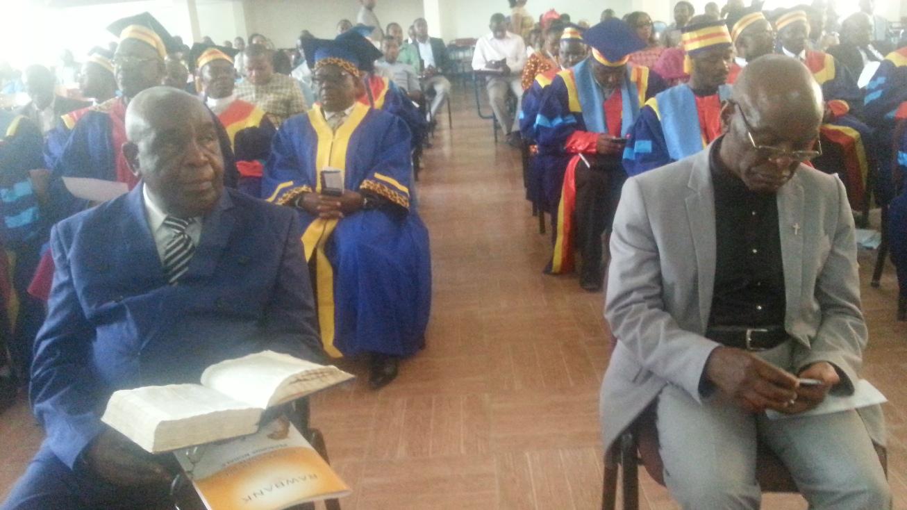 En face,  Pr. Kabutu en costume bleu et Pr. Ngayihembako en costume gris.
